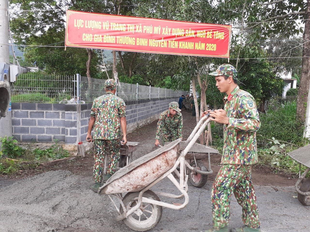 Ban chỉ huy Quân sự thị xã làm đường cho gđ chính sách xã Châu Pha